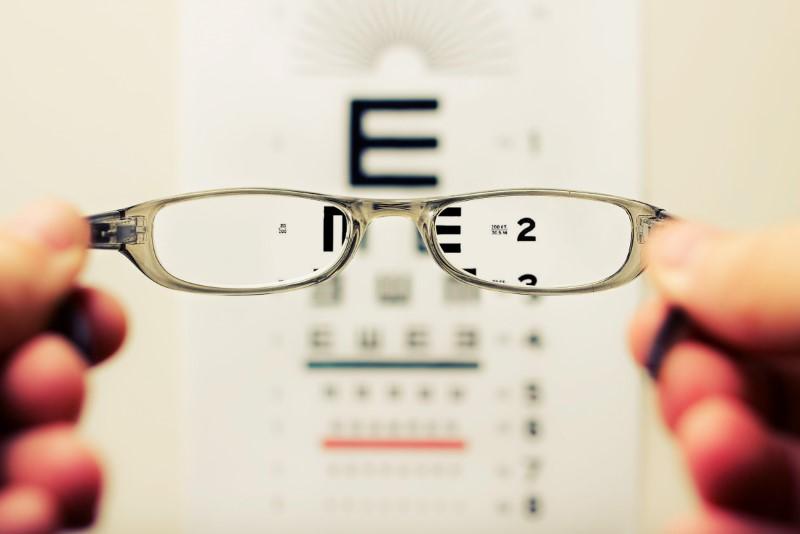 Daljnovidnost lahko odpravimo z uporabo očal